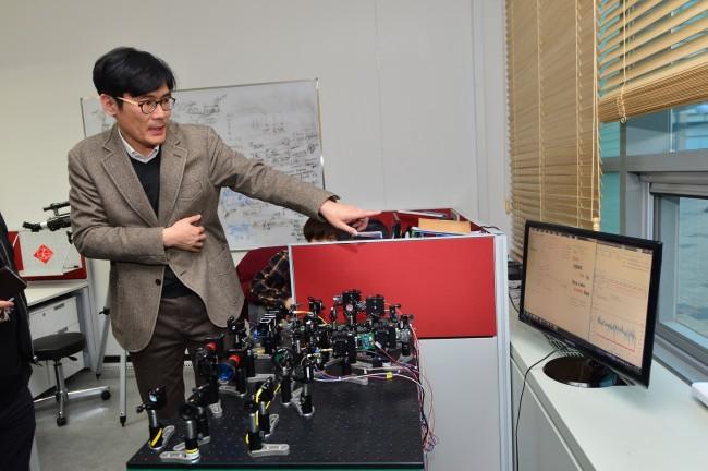 한상욱 한국과학기술연구원(KIST) 양자정보연구단 선임연구원이 이번에 개발한 무선 양자암호통신 장비를 시연하고 있다. - KIST 제공